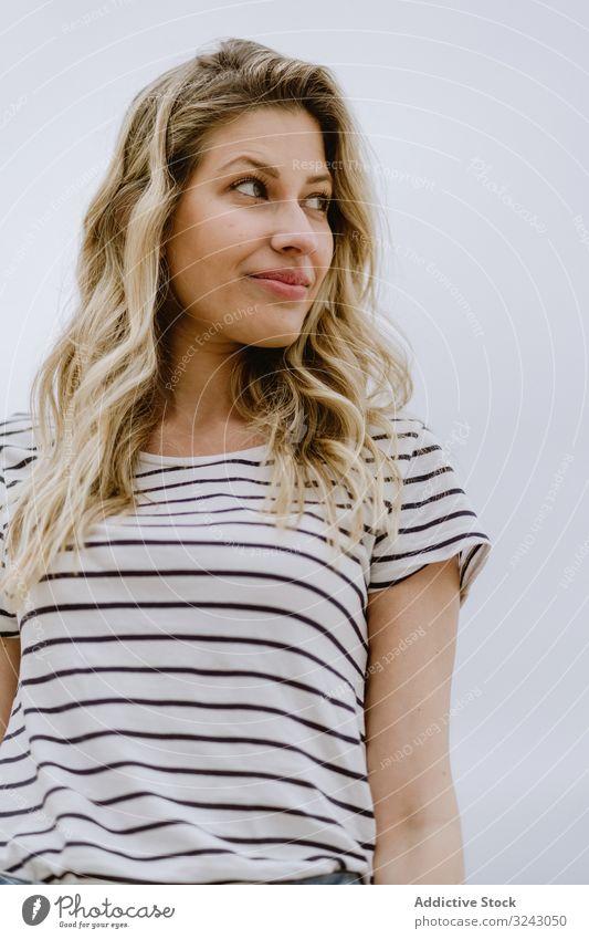 Porträt einer jungen Frau vor neutralem Hintergrund Gesicht schön Schönheit Kaukasier hübsch Erwachsener Menschen attraktiv Person Model vereinzelt blond lässig