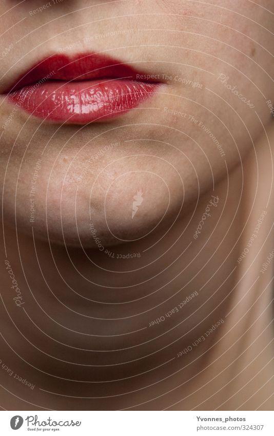 Lips. Mensch feminin Junge Frau Jugendliche Erwachsene Kopf Mund Lippen 1 rot Lippenstift Kosmetik schön Farbfoto Innenaufnahme Nahaufnahme Detailaufnahme
