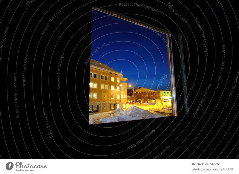 Beleuchtete Straße hinter dem Hausfenster Stadt Winter Nacht Illumination Fenster Raum dunkel kalt cool Saison niemand Himmel Außenseite Struktur Konstruktion