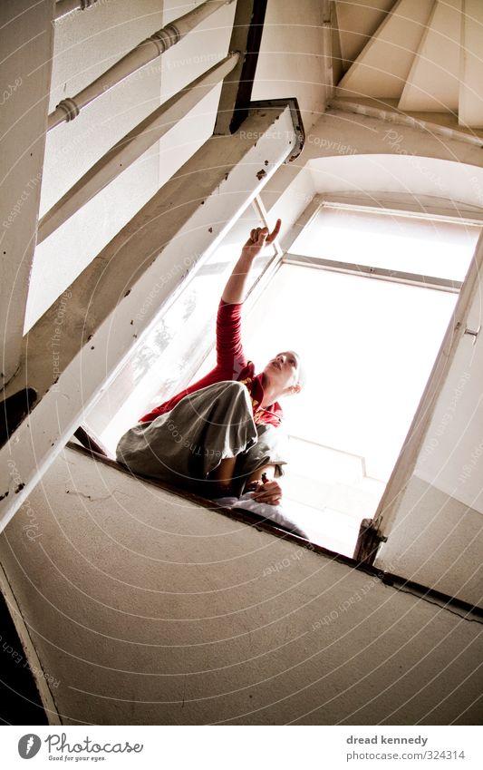 Treppenhaus androgyn 1 Mensch Haus Gebäude Architektur Fenster Perspektive Treppengeländer Durchgang Licht Farbfoto Innenaufnahme Textfreiraum links
