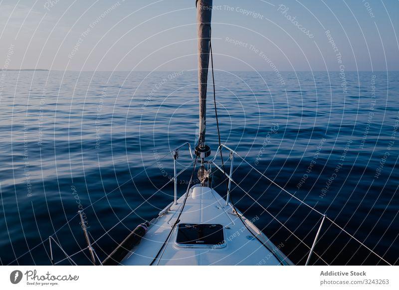 Segelboot auf See in der Abenddämmerung Windstille MEER Boot reisen Meer Schiff Sommer Landschaft Urlaub blau Feiertag Wasser Horizont Sport nautisch Himmel