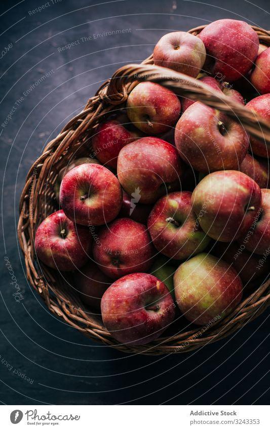 Frische rote Äpfel Apfel frisch reif Tisch Frucht geschmackvoll süß Gesundheit Lebensmittel Sommer Vitamin lecker saftig Diät roh natürlich Erfrischung