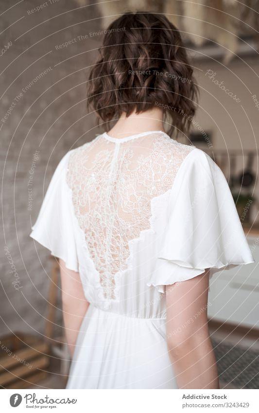 Junge Dame mit in elegantem Weiß auf Raum stehend Frau weißes Kleid trendy sinnlich Windstille Charme listig Plan Schönheit Denken Starrer Blick schlanke