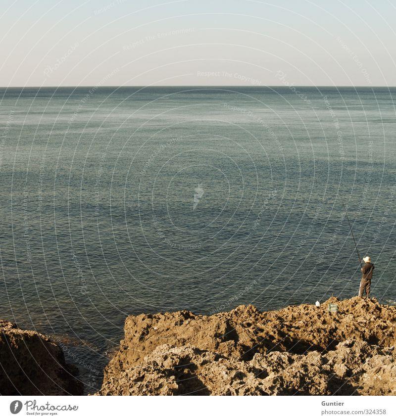 Der Mann und das Meer Mensch Jugendliche blau Erholung schwarz Erwachsene gelb 18-30 Jahre grau Felsen Horizont maskulin Schönes Wetter Asien