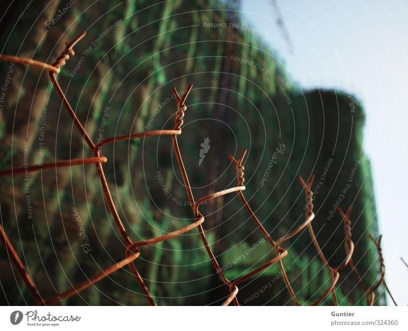 Bauboom Asien Stadt Menschenleer Haus Hochhaus blau braun grün Maschendrahtzaun Begrenzung Fassade Himmel Schatten Bauwerk Farbfoto mehrfarbig Nahaufnahme