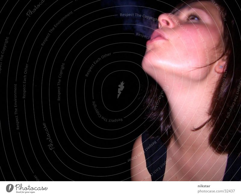 deniserauch Frau Gesicht dunkel Rauchen Rauch Zigarette blasen