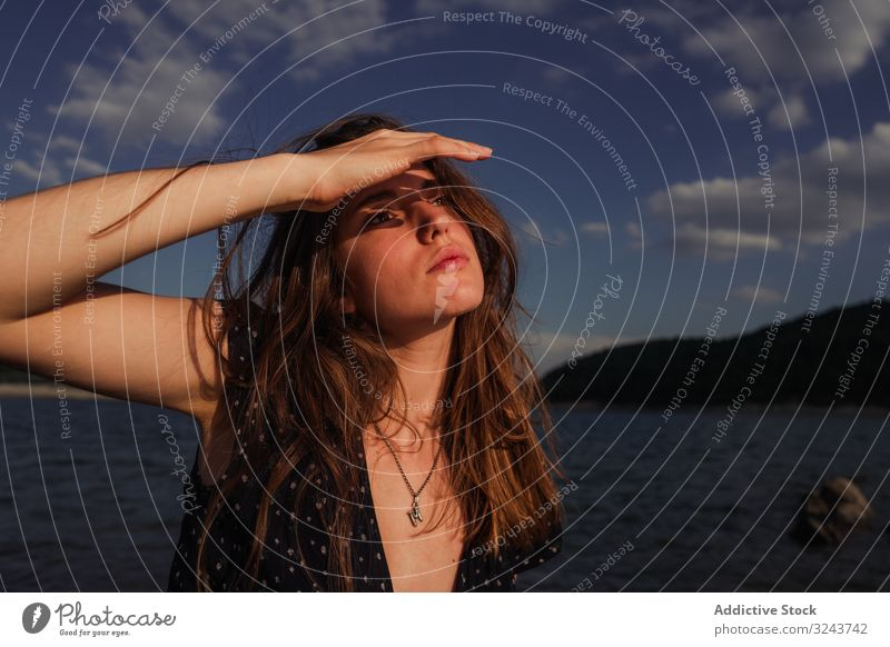 Sinnliche Frau ruht am Seeufer Küste ruhen Felsen sinnlich Sommer jung verträumt wolkig Himmel Wasser Urlaub Wochenende Lifestyle Natur Landschaft Wetter Dame