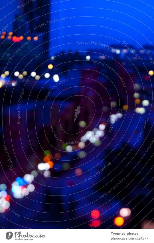 Lichter blau Stadt dunkel Straße Wege & Pfade PKW Verkehr leuchten fahren Skyline Verkehrswege Stadtzentrum Fahrzeug Autofahren Hauptstadt Ampel