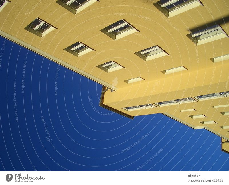 into the sky Haus Gebäude Block Ghetto gelb Fenster Fassade Wand Mauer normal Architektur Sommer Himmel blau Langeweile