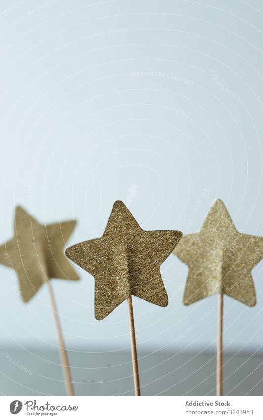 Ausgeschnittene goldene Sterne auf Stab zur Dekoration Weihnachten Dekoration & Verzierung Feier Feiertag Saison präsentieren Papierkram festlich Glitter