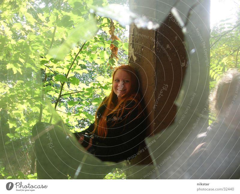 auf'm geländer Frau Mädchen Baum grün Pflanze schwarz Fenster Garten kaputt gebrochen Loch Geländer Säule Scherbe