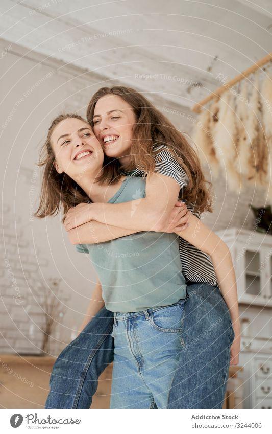 Lachende Freundinnen sitzen auf der Waschmaschine im Haus heimwärts Spaß Paar heimisch Frauen Freizeit Umzug Liebe räkeln Barfuß Zusammensein Komfort Hausarbeit
