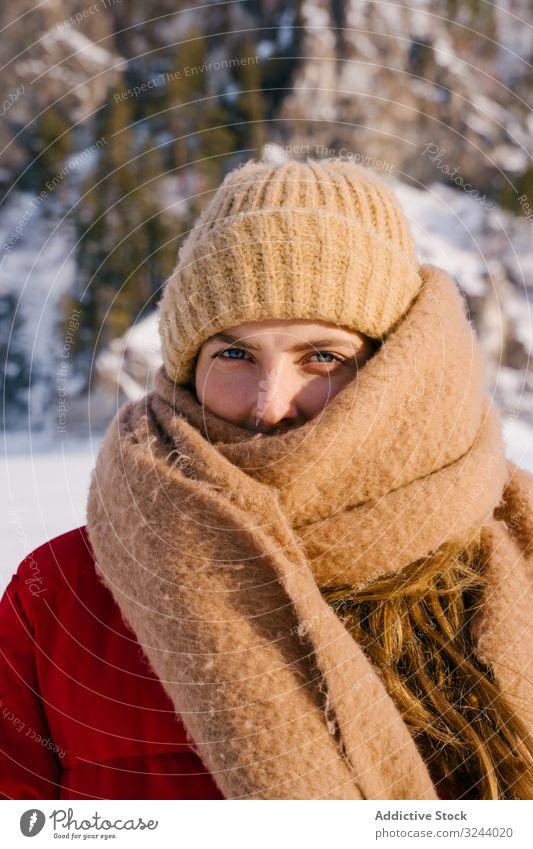 Gefrorene Frau am Wintertag in Schal gehüllt kalt eingewickelt gefroren Sibirien verschneite Berge u. Gebirge Natur Felsen Hügel Russland Umwelt wild Abenteuer