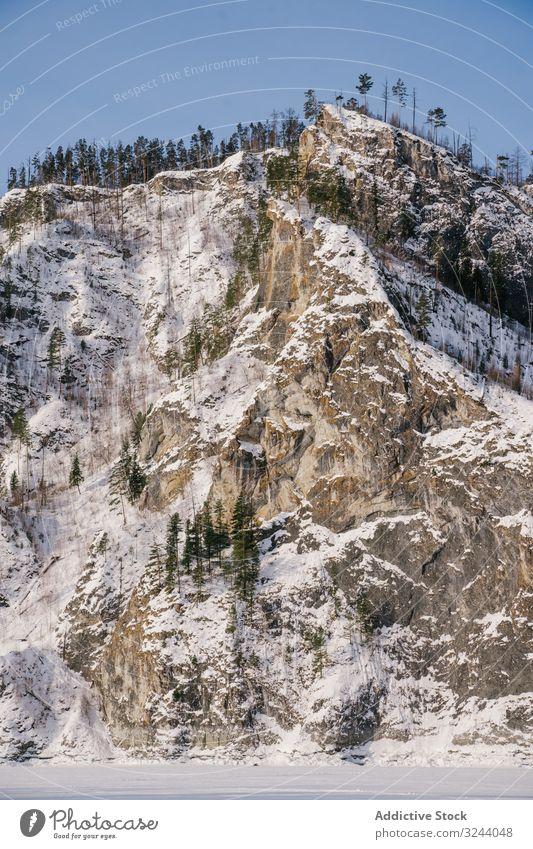 Winterlandschaft mit schneebedeckten Felsen und blauem Himmel Tal verschneite Berge u. Gebirge Sibirien Landschaft Natur Hügel kalt malerisch Russland Umwelt