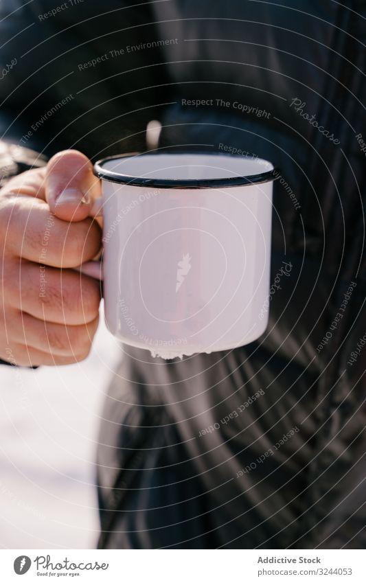 Reisende mit Emaille-Teebecher am Wintertag Mann Becher kalt Aufwärmen Sibirien Russland männlich heiß Pause ruhen Erholung trinken sich[Akk] entspannen
