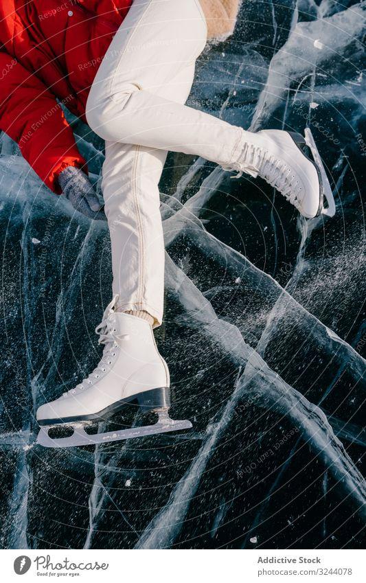 Glückliche Frau in Schlittschuhen auf dem Eis liegend genießen Lügen Winter Fluss gefroren Sibirien Natur Freiheit kalt Russland jung Spaß Abenteuer Aktivität