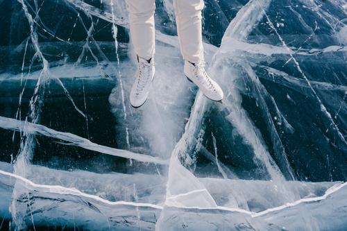 Frau läuft Schlittschuh auf gefrorenem Fluss Schlittschuhlaufen Eis Winter Berge u. Gebirge Felsen kalt Sibirien Aktivität Natur Sportbekleidung Russland