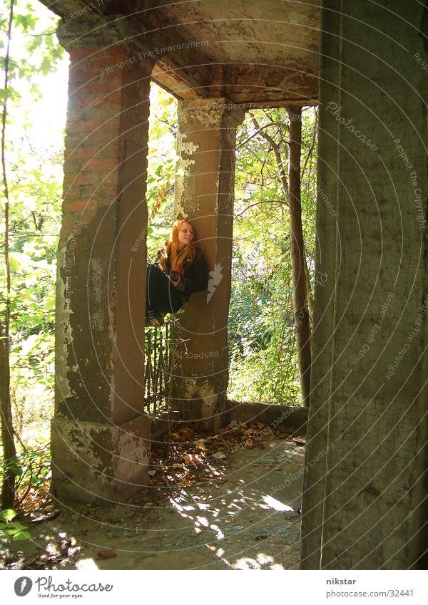 auf'm geländer 2 Frau Mädchen gebrochen Baum grün schwarz Terrasse Ruine baufällig Haus Gebäude Balkon verfallen rothaarig Säule Geländer Garten Pflanze lachen