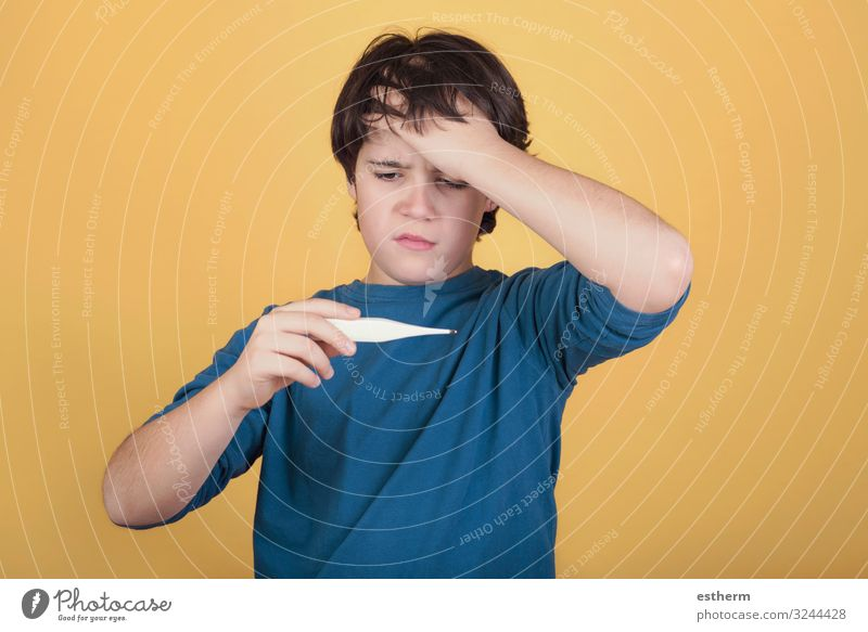 krankes Kind mit einem Thermometer, das sein Fieber misst Gesundheit Gesundheitswesen Behandlung Krankheit Medikament Krankenhaus Mensch maskulin Junge Kindheit