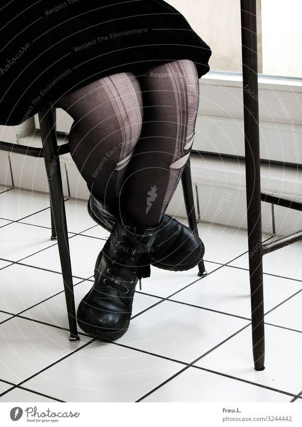 Laufmaschen Häusliches Leben Stuhl Küche Mensch Junge Frau Jugendliche Beine 13-18 Jahre sitzen schwarz weiß Strumpfhose Stiefel Rock Gothic Fliesen u. Kacheln