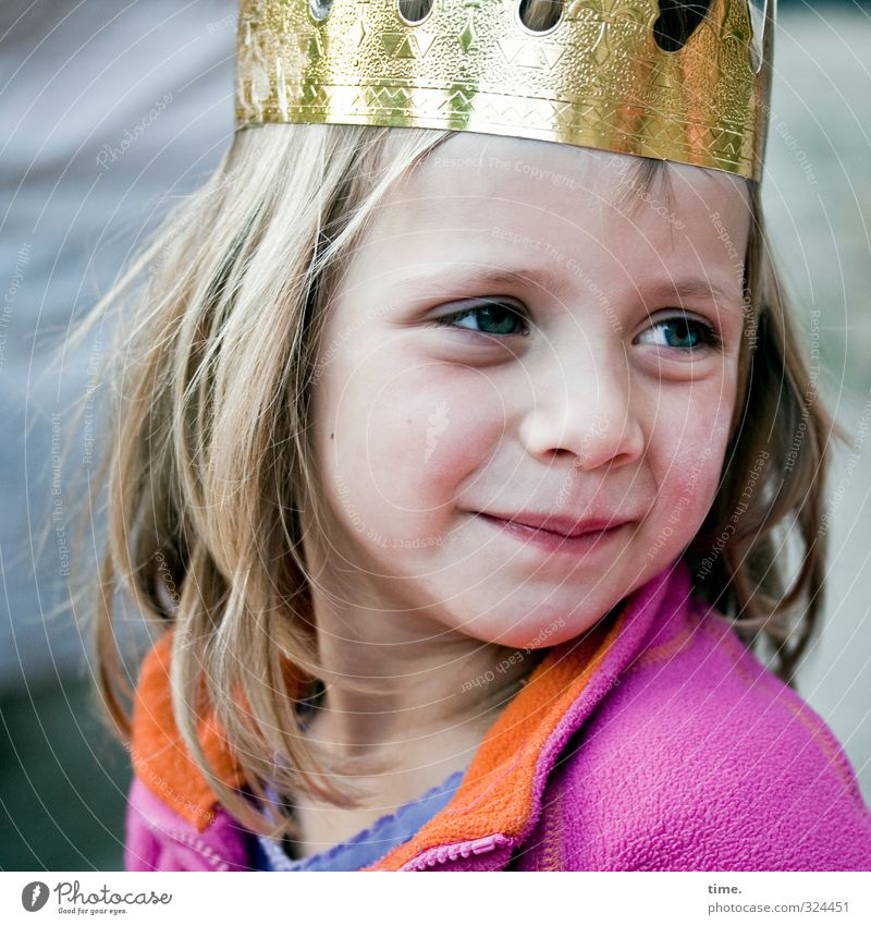 Märchen | Kleine Königin feminin Mädchen 1 Mensch 3-8 Jahre Kind Kindheit Jacke Krone blond langhaarig beobachten Blick warten schön Glück Zufriedenheit