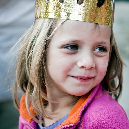 Märchen   Kleine Königin feminin Mädchen 1 Mensch 3-8 Jahre Kind Kindheit Jacke Krone blond langhaarig beobachten Blick warten schön Glück Zufriedenheit