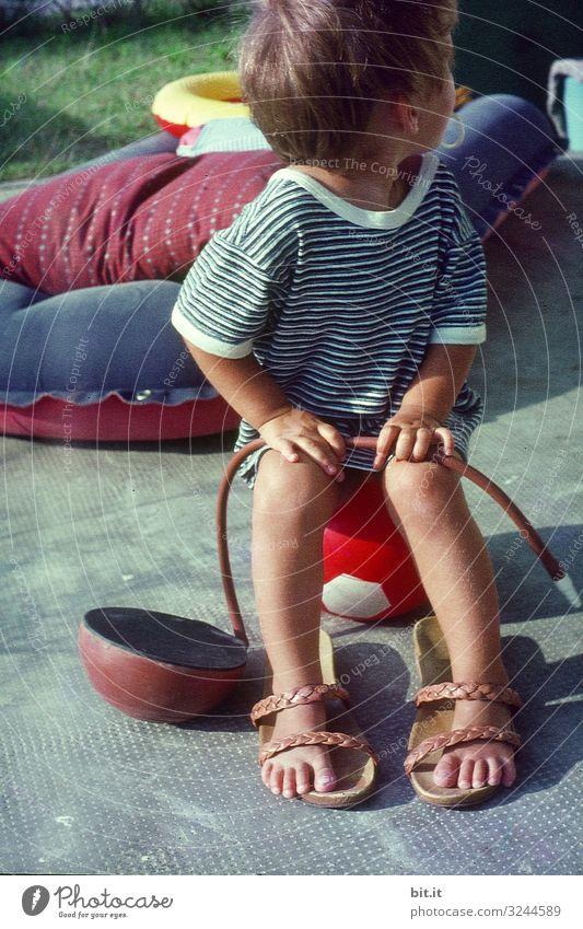 Pump it up Spielen Ferien & Urlaub & Reisen Tourismus Sommer Sommerurlaub Mensch feminin Kind Kleinkind Mädchen Kindheit außergewöhnlich frech Fröhlichkeit