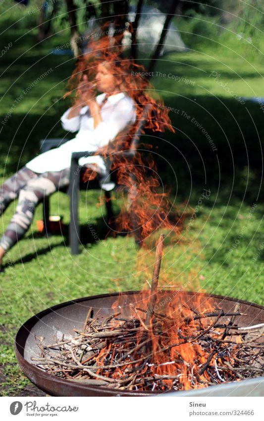 Rauchende Frau am Feuer Raucherin Zigarette Lagerfeuer Feuerschale Sommer Grillen Garten Wochenende Enspannung Wärme Holz brennen Brennendes Holz Flamme Glut