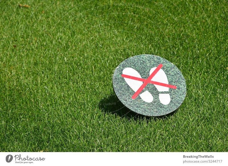 Halten Sie sich vom Gras-Warnschild über dem grünen Rasen fern Kultur Umwelt Natur Pflanze Frühling Sommer Schönes Wetter Garten Park Zeichen Hinweisschild