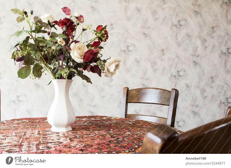 Vintage-Wohnzimmer mit rundem Esstisch Stil Design Wohnung Möbel Stuhl Tisch Blume retro speisend Antiquität Innenbereich Holz Raum Gegend Etage heimwärts