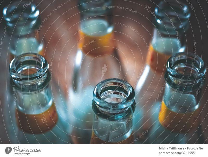 Flaschen auf dem Tisch Getränk trinken Erfrischungsgetränk Limonade Saft Alkohol Bier Wein Sekt Prosecco Feste & Feiern Party Glasflasche nah blau braun gelb