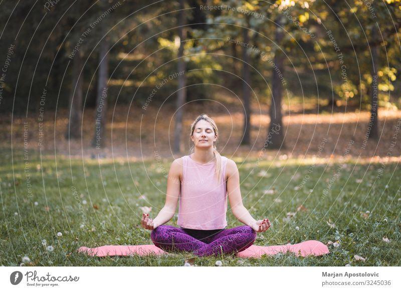 Junge Frau macht Yoga im Park Lifestyle sportlich Fitness Wellness Leben harmonisch Erholung Meditation Mensch feminin Jugendliche Erwachsene 1 18-30 Jahre