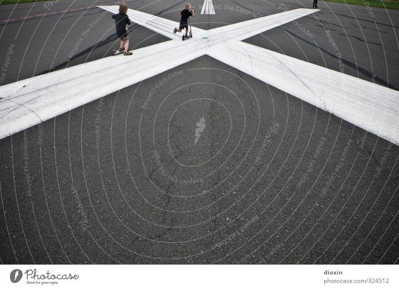 grafisch | X Freizeit & Hobby Spielen Tretroller Kind Kindheit 2 Mensch 3-8 Jahre Verkehr Luftverkehr Flughafen Flugplatz Landebahn Kreuz Linie fahren