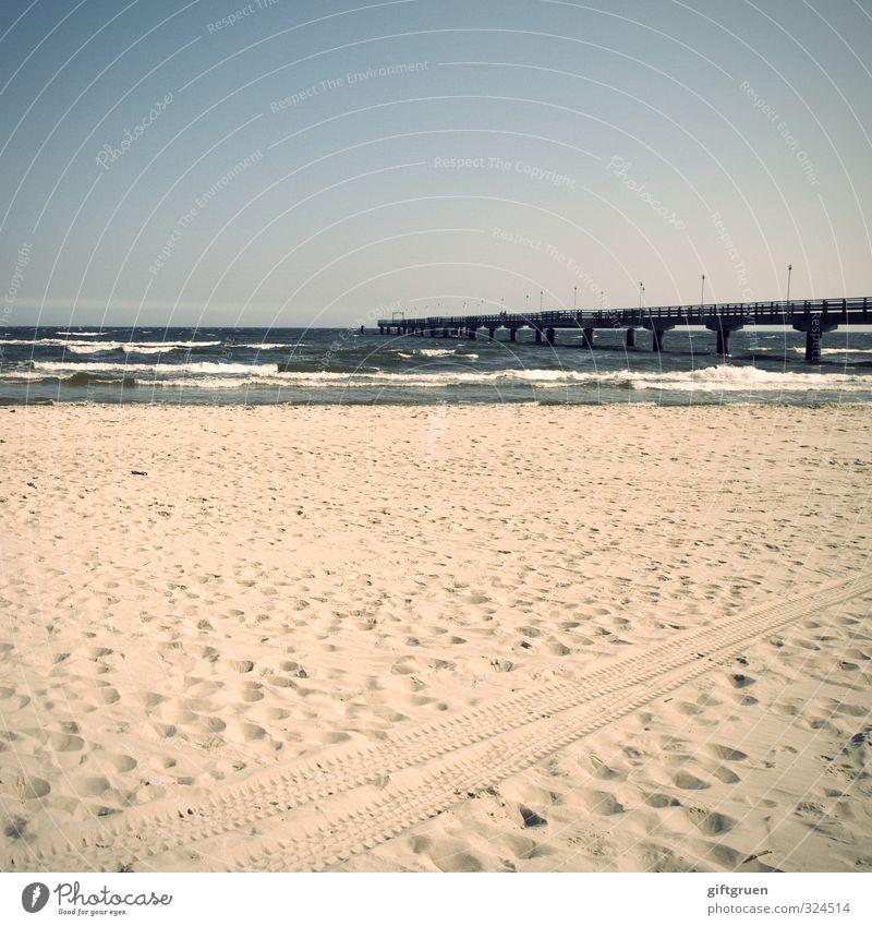 strandspuren Himmel Wasser Freude Strand Küste Sand Linie Horizont Deutschland Wellen Schönes Wetter Urelemente Brücke Spuren Ostsee Wolkenloser Himmel