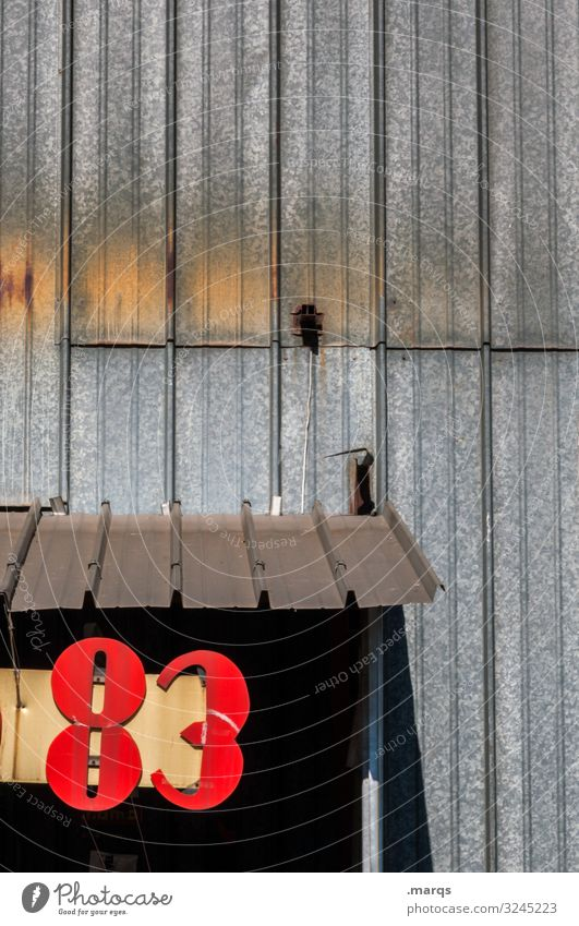83 Ziffern & Zahlen Strukturen & Formen Hausnummer Lebensalter Metallwand rot