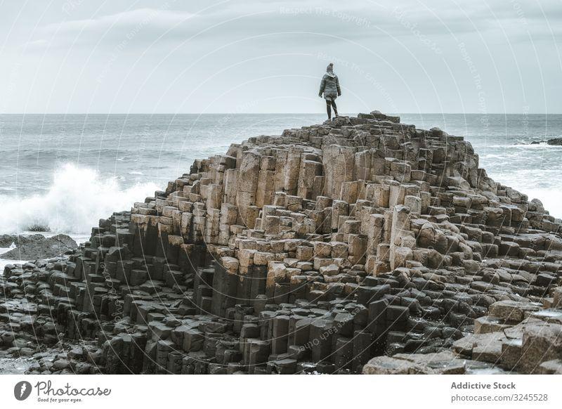 Frau steht auf einer Klippe und grübelt felsig MEER Landschaft reisen Tourismus wandern Natur Erwachsener Person lässig sportlich aktiv Stehen genießend