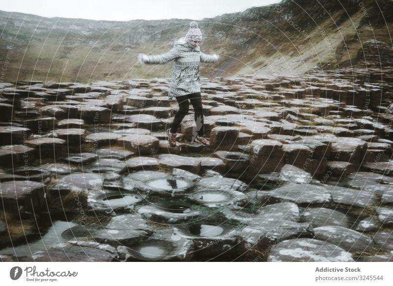 Frau steht auf einer Klippe und grübelt felsig MEER Landschaft reisen Tourismus wandern Natur Erwachsener Person lässig sportlich aktiv Lifestyle Stehen