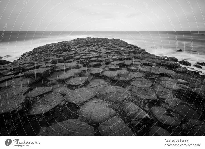 Meer und Klippen an bewölktem Tag MEER Himmel Wasser Natur Felsen Landschaft Horizont friedlich malerisch ruhig Windstille idyllisch reisen Tourismus Abenteuer