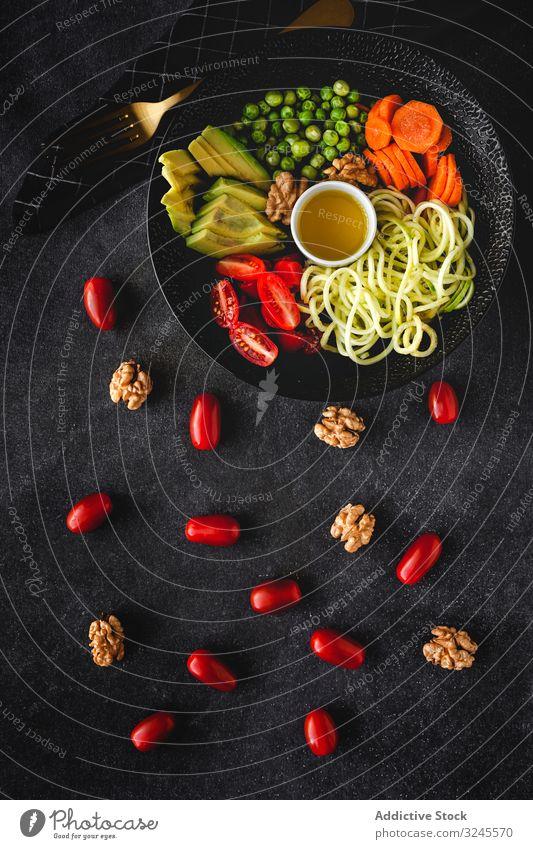 Rohe vegane Zucchini-Nudeln mit Gemüse. Veganes Essen Lebensmittel Vegetarier Veganer Gesundheit Entzug Mittagessen roh Salatbeilage Diät Spaghetti Küche