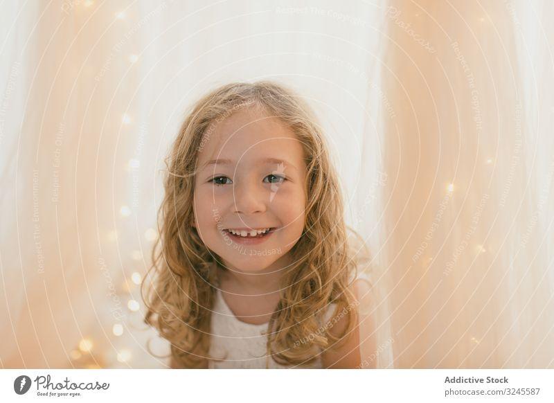 Hübsches kleines Mädchen lächelt zu Hause wenig Spielen Spielzeug Kindheit Frau schön freudig Freizeit jung niedlich Unschuld Angebot Sitzen Freiheit heimwärts
