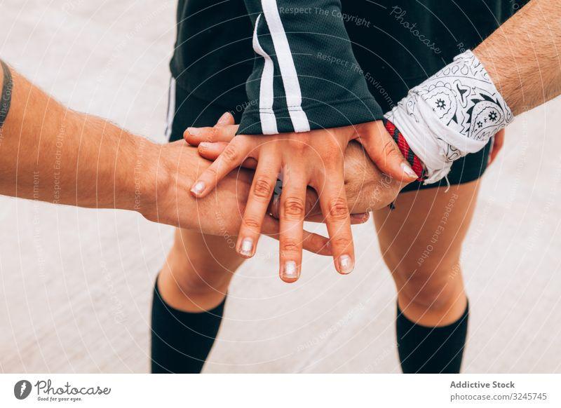 Gruppe junger Menschen, die sich die Hände reichen Setzen Stapelung Zusammensein Teamwork Einheit Menschengruppe Pflege Erfolg teilnehmen Interaktion selbstlos