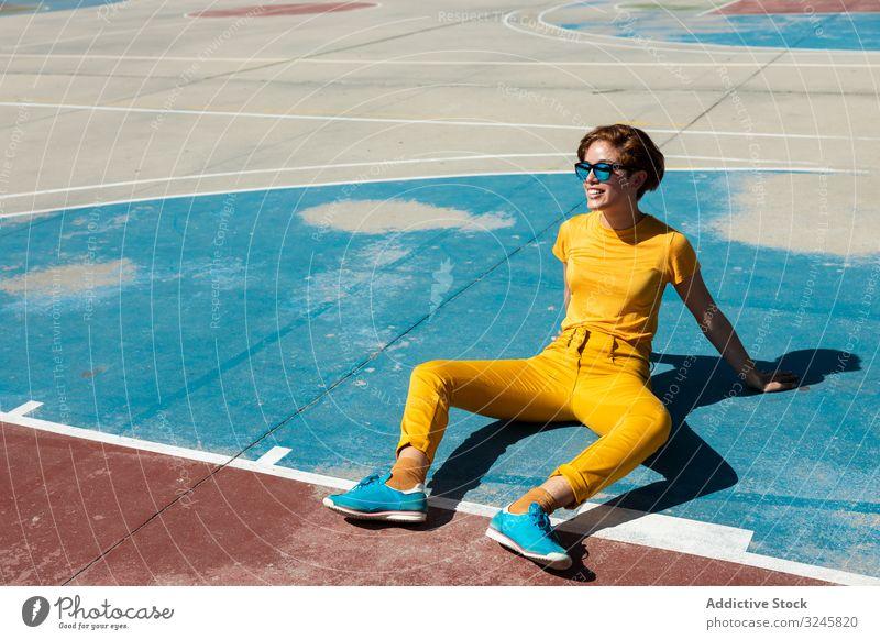Trendige junge Frau auf dem Spielplatz an einem sonnigen Tag Stirnrunzeln Teenager cool tausendjährig farbenfroh urban Sommer Stil Farbe pulsierend lebhaft