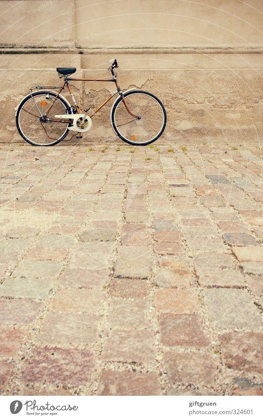 hätte hätte fahrradkette alt Haus Wand Straße Bewegung Mauer Gebäude Fassade Fahrrad Verkehr stehen kaputt fahren Fahrradfahren Bauwerk Fahrzeug