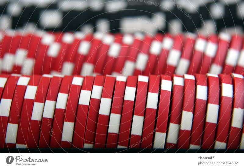 chips Spielen Poker Glücksspiel Erfolg Verlierer Streifen reich rund rot weiß Neugier Gier Spielsucht Erwartung Kontrolle Spannung Spielkasino Farbfoto