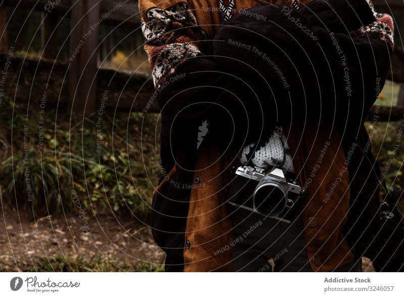 Frau mit Kamera steht in der Nähe einer Kirche in den Bergen Reisender Foto reisen Zaun Fotografie Bild Fotokamera unter einfangen Herbst im Freien ländlich