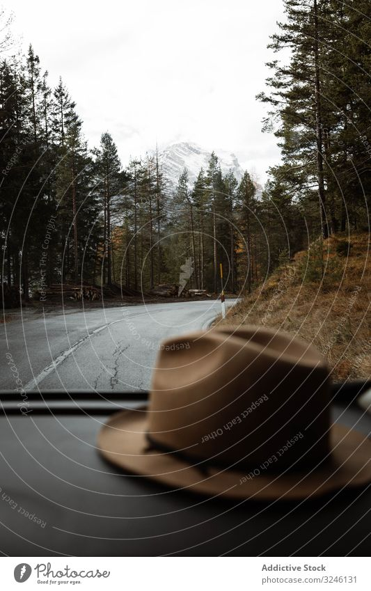Hut im Auto auf einsamer Autobahn inmitten der Berge Route Berge u. Gebirge Himmel Cloud reisen Tourismus Landschaft Straße Asphalt Reise Baum Saison schön