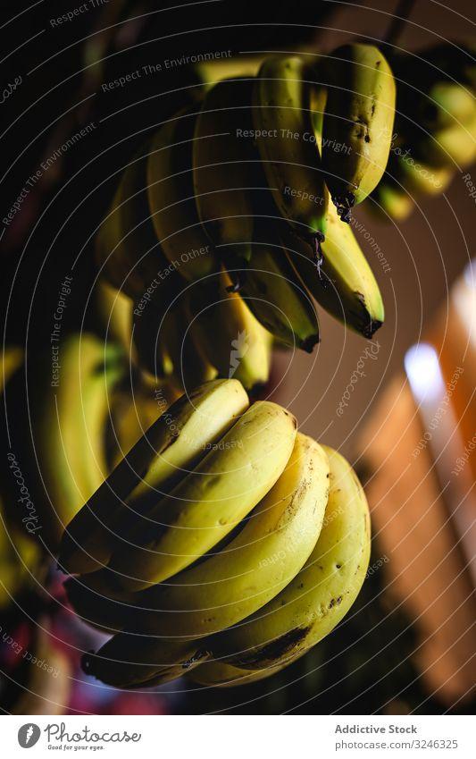 Straßenmarkt des Sortiments an frischem Obst und Gemüse Bananen Lebensmittel Markt Frucht organisch gesunde Ernährung farbenfroh grün Verkaufswagen natürlich