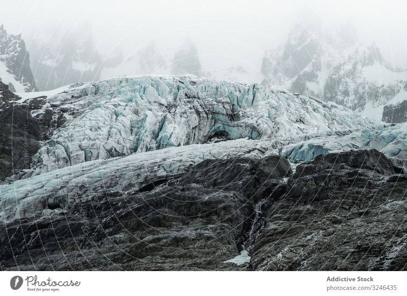 Graue felsige Berge mit Schnee unter nebligem Nebel Berge u. Gebirge verschneite reisen Natur wandern Felsen Abenteuer Landschaft Trekking Tourismus Top