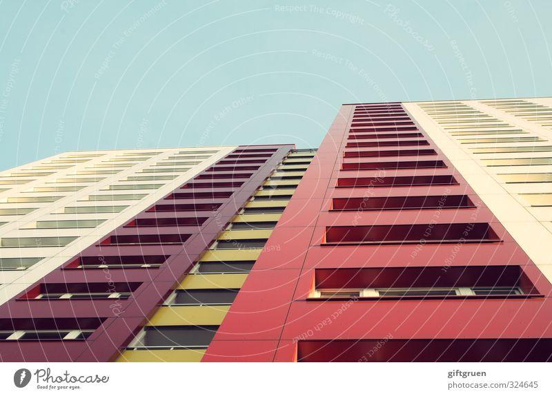 straßenköterperspektive Stadt Hauptstadt Stadtzentrum Skyline Menschenleer Haus Hochhaus Bauwerk Gebäude Architektur Fassade Fenster kalt Plattenbau mehrfarbig