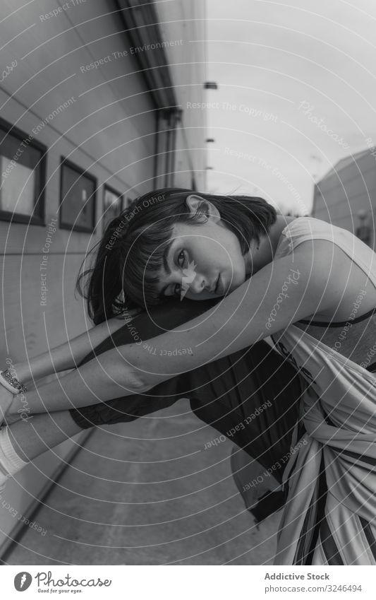 Stylische weibliche Hipsterin in Freizeitkleidung auf der Straße Teenager stylisch modisch Großstadt Lehnen sich auf  verlassen. Wand Gebäude cool jung urban
